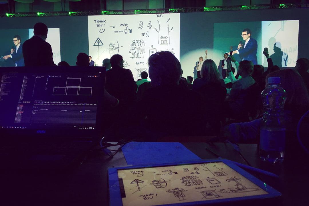 Karikatūrists zīmē konferencē, karikatūras projekcija