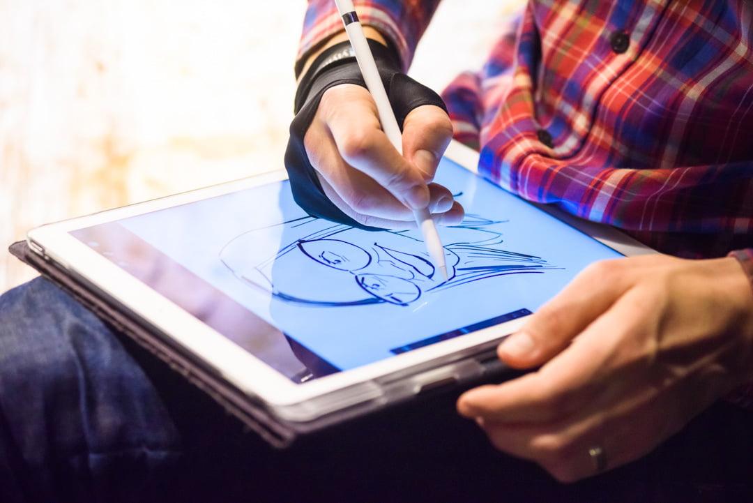 Digitālās karikatūras zīmēšana uz planšetes
